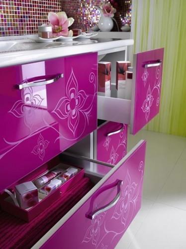 üzeri desenli fonksiyonel çekmeceli pembe renkli mutfak dekorasyonu