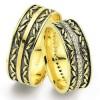 üzeri yaprak desenli şık görünümlü altınbaş alyans modeli