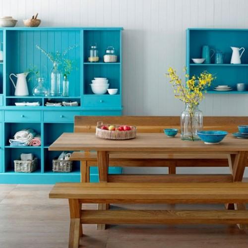 ahşap yemek masası ve mavi renkli şık mutfak dolapları