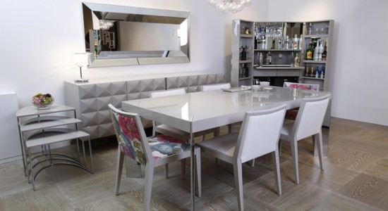dekoratif sandalyeleri olan modern beyaz yemek masası