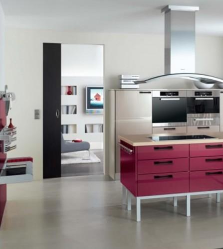 fuşya renkli şık dolapları ile tasarlanmış renkli mutfak dekorasyonu