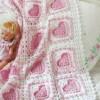 kalp desenli pembe beyaz renkli örgü bebek battaniyesi modeli
