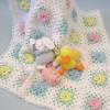 renk renk çiçek desenli örgü bebek battaniyesi modeli