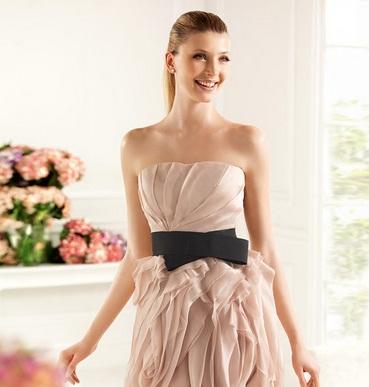 Siyah şık kemerli pudra rengi mezuniyet balosu elbise modeli