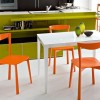 turuncu dekoratif sandalye ve modern mutfak masası modeli