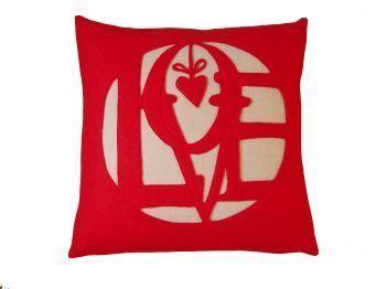 love yazılı kırmızı kırlent modeli