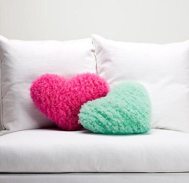 renkli kalp şeklinde dekoratif kırlentler