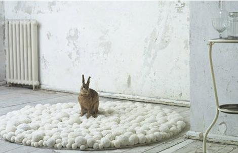 beyaz ponponlu dekoratif halı modeli