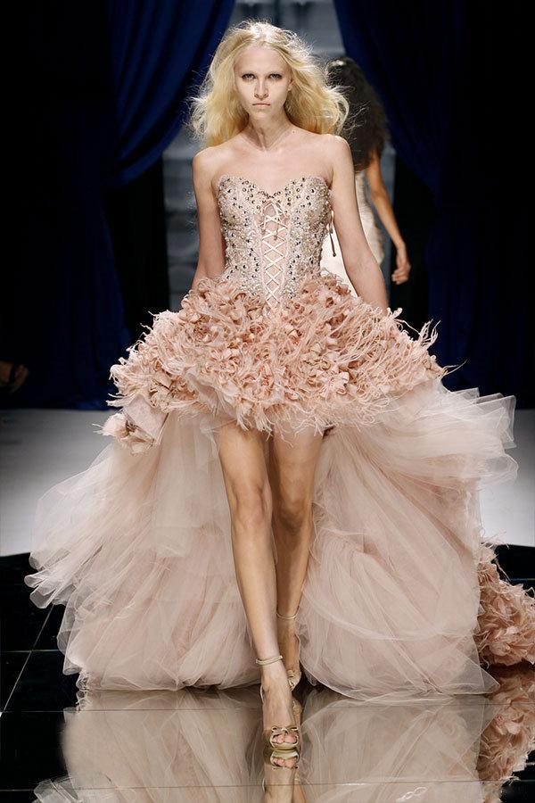 pudra renkli arkası uzun kuyruklu elbise modeli